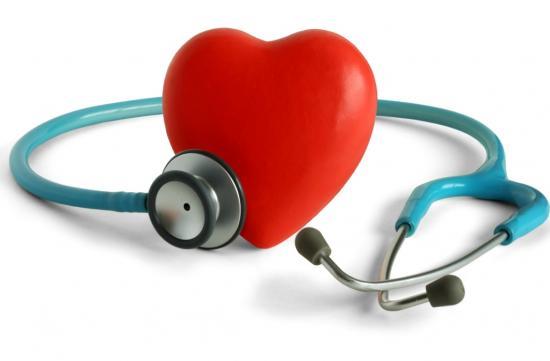 Herz mit Stethoskop - Regelm��iges Ausdauertraining wirkt sich positiv auf das Herz aus (Quelle: Shutterstock/Edwin Verin)