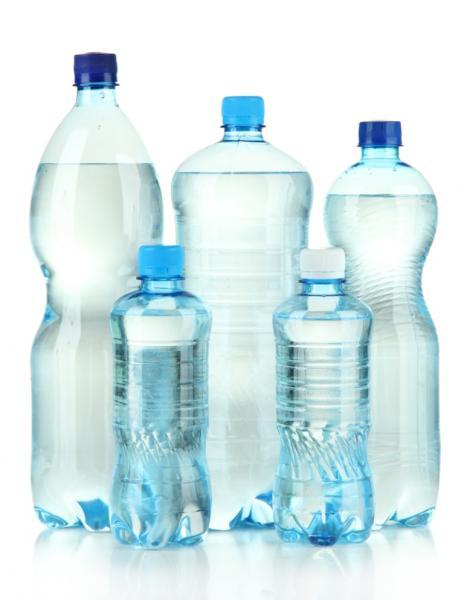 Wasser in Flaschen (Quelle: Shutterstock/Africa Studio)