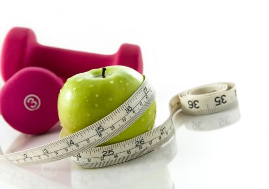 Apples and dumbbell with tape measure (source: Shutterstock/Ioana Davies (Drutu))