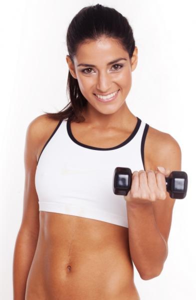Frau mit Hantel - Eiweiß zum Muskelaufbau (Quelle: Shutterstock/NAS CRETIVES)