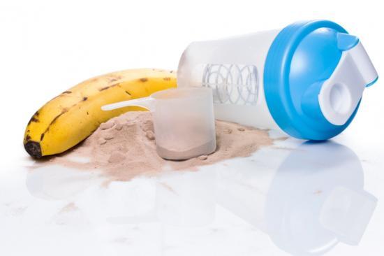 Banane und Shaker (Quelle: Shutterstock/BLACKDAY)