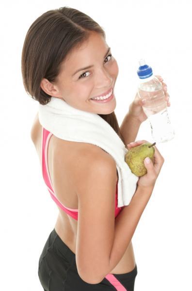 Frau mit Birne und Wasser (Quelle: Shutterstock/Ariwasabi)