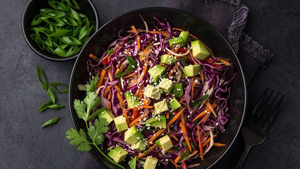 Salat mit Rotkohl und Mango Dressing