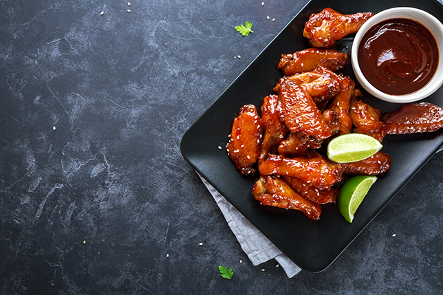 Chicken Wings  mit Barbeque Sauce (Quelle: Shutterstock/Valentina_G)