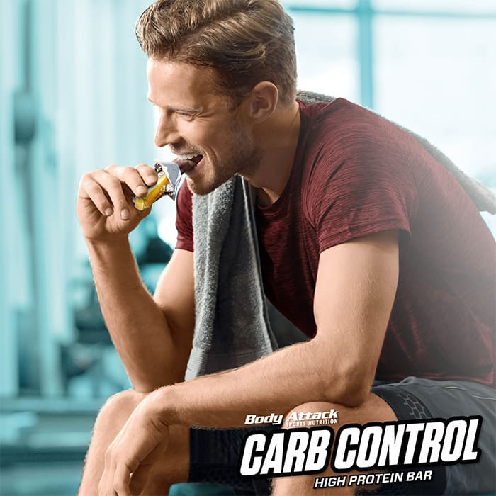 Athlete eats Carb Control-Riegel
