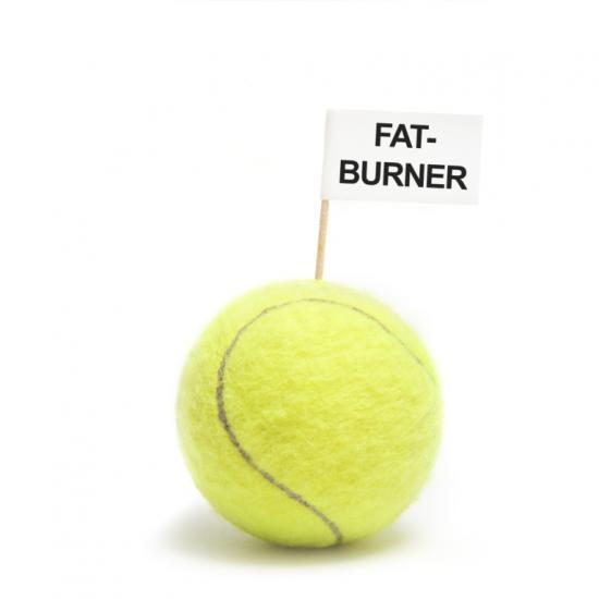 Tennisball mit Fatburner-Fähnchen (Quelle: Shutterstock/rockstar_images)