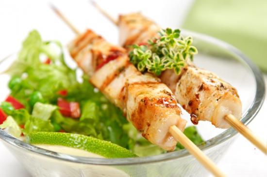Gegrillte Hühnchenspieße mit Salat (Quelle: Shutterstock/Liv friis-larsen)