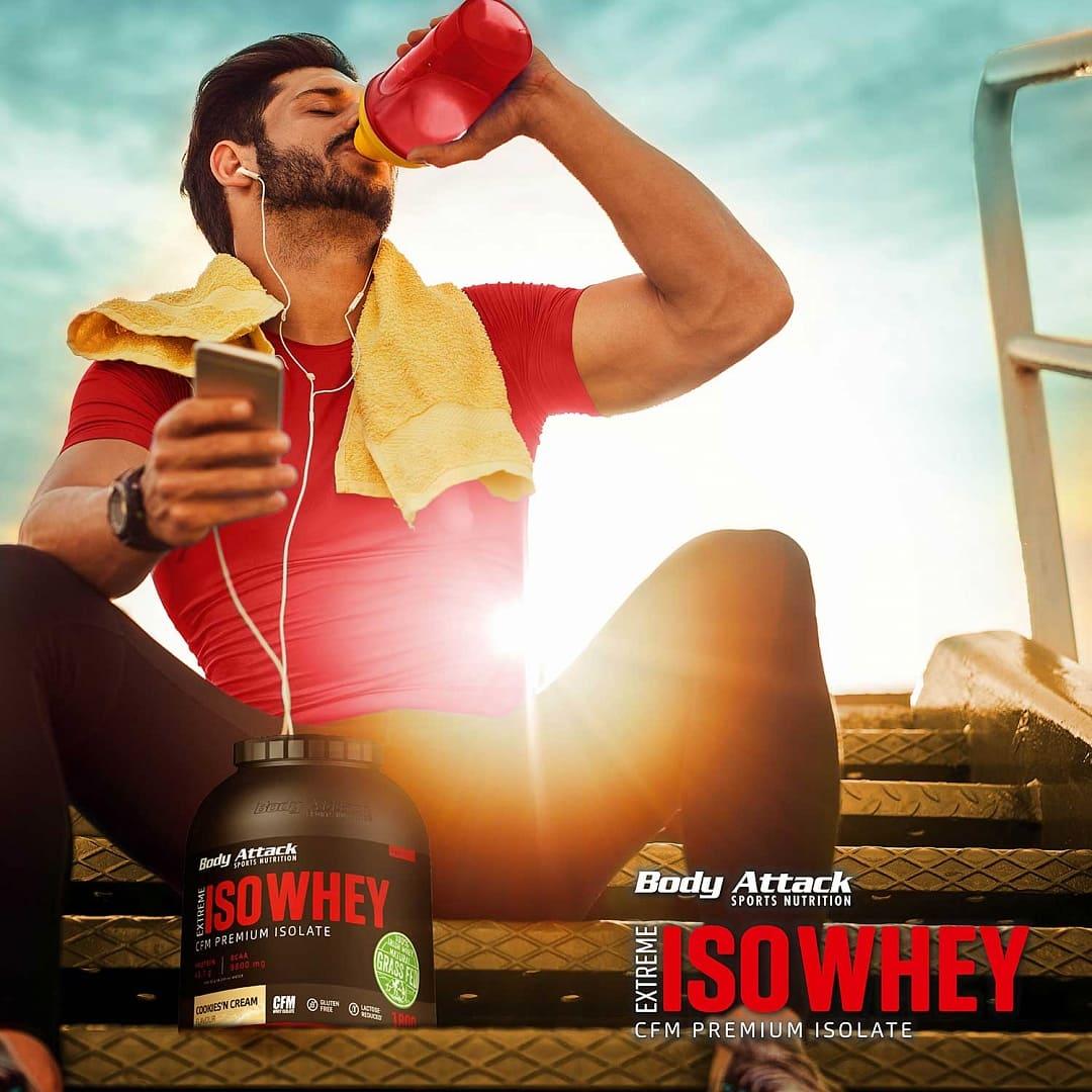 Sportler trinkt aus Shaker