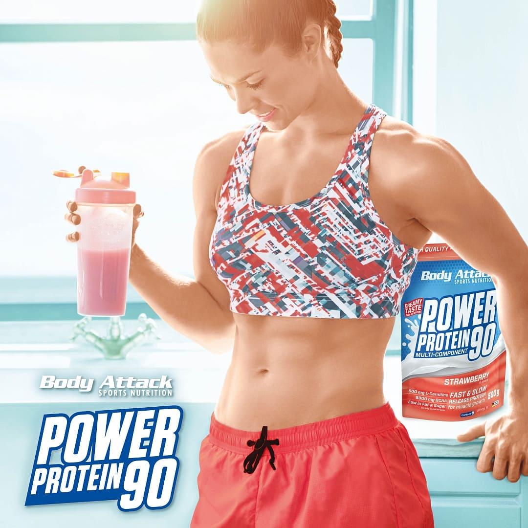 Sportlerin mit Proteinshake