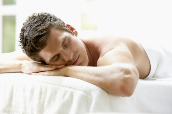 Mann bei Massage - Regeneration ist wichtig beim Ausdauertraining (Quelle: Shutterstock/Monkey Business Images)