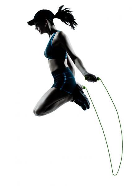 Frau beim Seilspringen (Quelle: Shutterstock/ostill)