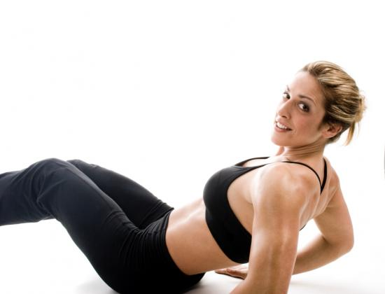 Frau beim Bauchmuskeltraining (Quelle: Shutterstock/Darren Hubley)