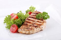 Fleisch und Salat (Quelle: Shutterstock/Piotr Rzeszutek)