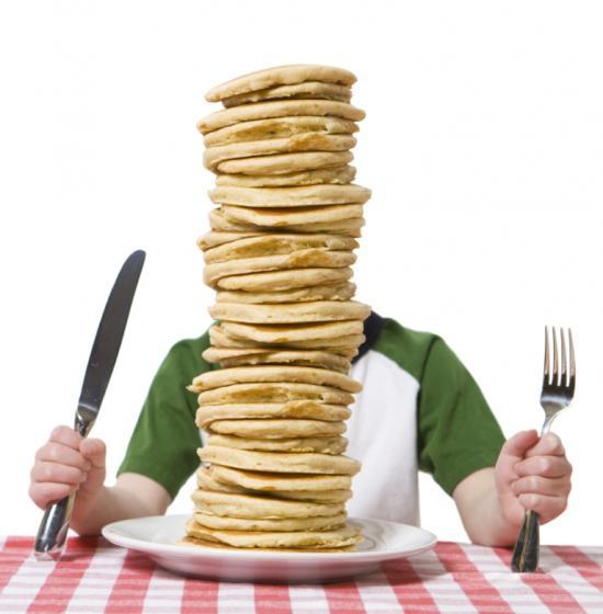 Ein großer Stapel Pancakes - Hardgainer essen häufig viele Kohlenhydrate und nehmen trotzdem nicht zu (Quelle: Shutterstock/Christi Tolbert)