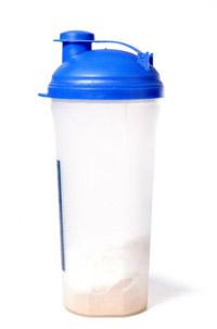 Shaker mit Pulver (Quelle: Shutterstock/Deymos Photo)