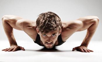 Trainierter Mann im Liegestütz (Quelle: Shutterstock/mast3r)