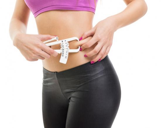 Frau nutzt Fat Caliper (Quelle: Shutterstock/BigLike Images)