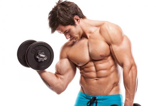 Trainierter Mann mit Hantel (Quelle: Shutterstock/Urheberrecht: I T A L O)