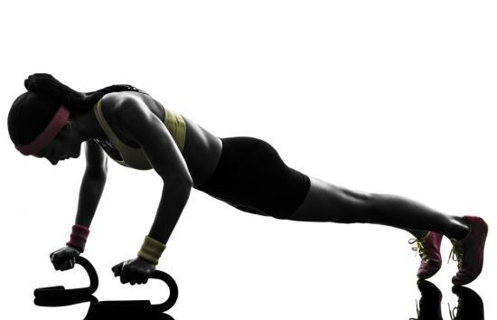 Weibliche Kraftsportlerin beim Liegestütz (Quelle: Shutterstock/ostill)